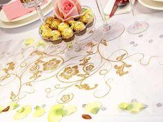 Bordløper med pent mønster i gull - 36cm x 9m   Lekker bordløper i hvit organsa med gullprint Råstilig floralmønster som skaper en høytidelig selskapsstemning og gjør bordet både elegant og lekkert Løperen måler 36 cm x 9 meter Ypperlig til både bryllup, dåp og konfirmasjon   #Bordløpere
