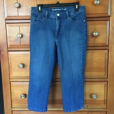Lee classic fit capris 8 M Like new. No trades no paypals if u need measurements please ask Lee Jeans