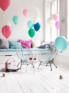 this looks more like a party idea not a children'r room styling ;-) but the acapulco chairs are great! Ok Design, Design Ideas, Casa Kids, Acapulco Chair, Deco Kids, Sweet Home, Love Balloon, Balloon Party, Shared Rooms