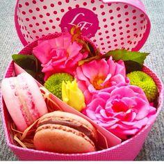 #box #macaron #flowers #pink #loveflowersbox коробочка с цветами и макарон сладостями Киев