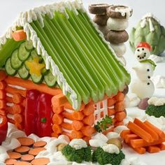Veggie Lodge Tutorial - Original and healthy. Screw gingerbread houses, you could make a veggie lodge! New tradition? Holiday Snacks, Christmas Snacks, Christmas Appetizers, Holiday Recipes, Christmas Lodge, Kindergarten Party, Deco Fruit, Veggie Tray, Veggie Platters