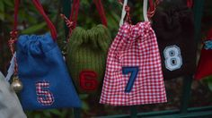 Genähte Adventskalender-Säckchen mit applizierten Zahlen – roetsch.net Drawstring Backpack, Gym Bag, Backpacks, Sewing, Bags, Numbers, Handbags, Dressmaking, Couture