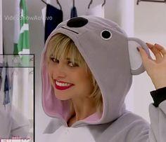 Julianne Trevisol posa com seu pijama de coala nos bastidores de Totalmente Demais (Foto: Vídeo Show / Gshow)