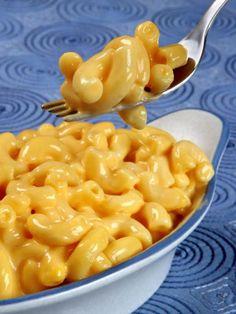 """Cremige Käsesaucen kann man sich als Veganer abschminken? Pah! Hier ist ein einfaches Rezept für vegane """"Mac and cheese"""" mit einer leckeren Käsesauce ganz"""