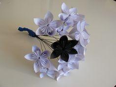 Bouquet de mariée en fleurs de papier origami  tout simple tout mimi, peut etre utilisé aussi pour la boutonnière, ou insérer juste qq fleurs dans ton bouquet... ou faire le bouquet à lancer comme ça!