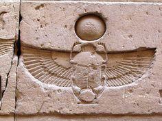8.Diseña tu propia colección. Cultura egipcia. Collar. Jeroglífico de inspiración ''escarabajo'' que significa ''un amuleto de protección'', muy usado en la iconografía de esta cultura.