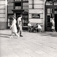 Warszawa w latach 60. Pucybut przed hotelem Polonia w Alejach Jerozolimskich, 1968 rok.