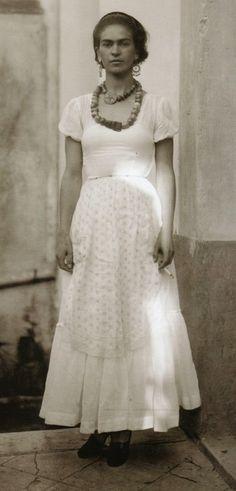 После аварии Фрида Кало носила длинные юбки и брюки, закрывающие ноги.