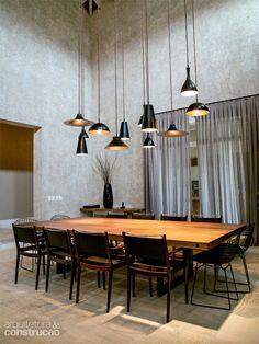 O conjunto de pendentes é dotado de lâmpadas incandescentes (com luz amarelada) de 40 e 60 W, além de três halógenas refletoras (PAR 20 de 50 W), que lançam focos mais fechados na mesa. Cada tipo de lâmpada está ligado a um circuito para ser dimerizado separadamente. Projeto do lighting designer Guinter Parschalk.