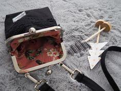 Pikkulaukku pitsillä - Ohje kehyskukkaroon tai - laukkuun - Punatukka ja kaksi karhua Purses, Sewing, Tejidos, Balls, Handbags, Dressmaking, Couture, Stitching, Sew