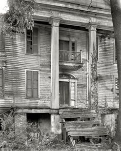 Greene County, Georgia, circa 1936 plantation home in ruins Abandoned Buildings, Old Abandoned Houses, Abandoned Mansions, Old Buildings, Abandoned Places, Old Houses, Haunted Houses, Abandoned Plantations, Creepy Houses
