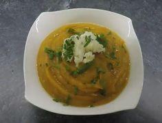 Składniki:  1 łyżka oliwy  1 średniej wielkości cebula  1 ząbek czosnku  jeden duży batat  3 szklanki bulionu  po szczypcie mielonego kminu rzymskiego, mielonej kolendry i ostrej papryki  sok z limonki  natka pietruszki  ser feta  PRZYGOTOWANIE:  Zeszklić cebulę na oliwie, następnie dodać posiekany czosnek i chwilę razem