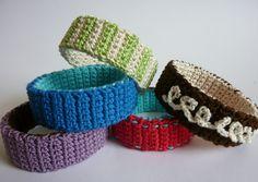 bracelet fait d'un anneau découpé dans une bouteille en plastique recouvert de bandes au crochet