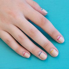 Unhas nude com um toque de cor, unhas decoradas