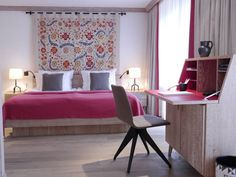Simple, sleek, colourful, modern bedroom. By: Strigo GmbH.