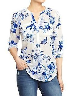 Love the beautiful blue and white floral pattern on this tab-collar, three-button blouse from Old Navy (it reminds me of many a classic china pattern). Look good around the clock in tall women's shirts from Old Navy. Shop tall women's blouses in various c Kurta Designs, Blouse Designs, Modest Fashion, Fashion Dresses, Floral Fashion, Outfit Trends, Outfit Ideas, Dress Patterns, Floral Patterns