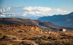 Tout pays a ses routes mythiques. Aux USA la route 66 en Ecosse la route 500 en Suisse la route de Saint Gothard... autant de merveilles qui font battre le coeur à chaque virage. Et au Maroc ?  Une des plus belles routes de ma vie c'est la route de Ouarzazate par le col du Tizi N'Tichka. Villages suspendus aux parois rouges cactus funambules au-dessus de l'à pic Atlas enneigé fossiles et cristaux... partons ensemble pour un road trip fabuleux. Et puis nous découvrirons Ouarzazate la version…