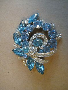 VINTAGE EISENBERG ICE BLUE & WHITE/CLEAR RHINESTONE BROOCH OR PIN - Signed