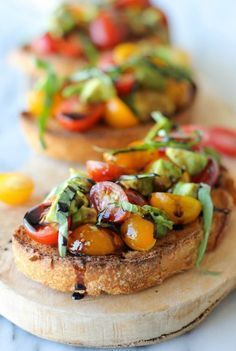 Avocado-Bruschetta mit Balsamico-Reduktion