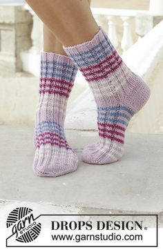 Berry Waves - Knitted socks with rib and old-fashioned heel. The piece is worked in DROPS Karisma. - Free pattern by DROPS Design Drops Design, Fall Knitting Patterns, Crochet Patterns, Stitch Patterns, Knitting Videos, Knitting Projects, Knitting Tutorials, Knitting Socks, Free Knitting