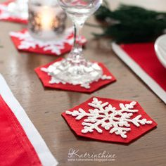 Holiday coasters with crochet snowflakes DIY
