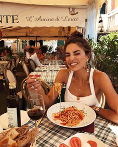 Negin mirsalehi in italy European Summer, Italian Summer, Selfie Foto, Negin Mirsalehi, Summer Aesthetic, Foto Pose, Photography Poses, Downtown Photography, Summer Time