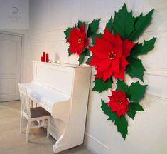 Nueva visión de la decoración de Navidad tradicional, flor de Pascua, hecha de una manera moda como flores de papel grandes. Colgado en la pared que este elegante conjunto traerá vacaciones anima a su lugar. El tamaño realmente gigante de flores agregará deleite y sorpresa a su ambiente de