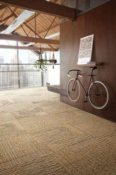 Build a beautiful fixie bike to attach on a wooden wall, as a decoration piece (probably higher than this one) Outdoor Bike Storage, Bicycle Storage, Bicycle Rack, Pimp Your Bike, Bike Storage Solutions, Storage Ideas, Velo Design, Range Velo, Bike Room