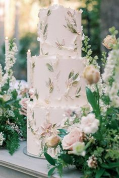 The floral cake moment we needed. 🙌 This beauty, mindfully prepared by @lila.cakeshop, proves that no cake is complete without flowers! 🌸 | Photography: @jessicamangia_photography #stylemepretty #weddingcake #springweddingcake #summerweddingcake