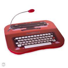 Dos tempos da máquina de escrever, que revolucionou à tecnologia, essa bandeja vai te proporcionar apoio para seu laptop. Unindo duas gerações! Acompanhado de uma luz de led, traz auxílio e conforto pro pai que fica até tarde no computador. Afinal, pai sabe o que é bom!