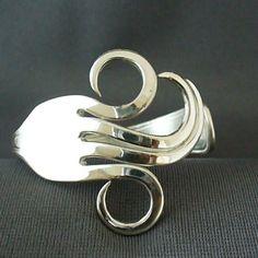 Dit is een Upcycled armband gemaakt van een werkelijke antieke zilveren vork. * Als dit een kunstvorm die afhankelijk zijn van antiek is en dat elk stuk is kan gemaakt met de hand, de armband die u ontvangt hebben een ander patroon op het handvat en verschillen in het ontwerp van het object weergegeven. Onze armbanden zijn ontworpen om te dragen comfortabel met het ontwerp van de metalen sculptuur gecentreerd bovenop de pols. • Past polsen van grootte 5,5-7,5. • Uw armband zal worden gema...