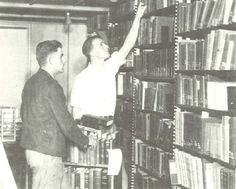 Students pull books from the shelves in the old library in preparation of transporting the over 300,000 volumes to the new Oregon library in 1936.  From the 1936 Oregana (University of Oregon yearbook).  www.CampusAttic.com