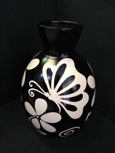 Pottery Painting Designs, Pottery Designs, Glass Bottle Crafts, Bottle Vase, Slab Pottery, Pottery Art, Decorated Flower Pots, Bottle Painting, Japanese Pottery