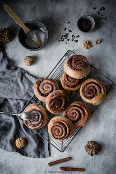 Kaffee-Zimtschnecken Vegan coffee cinnamon rolls with chocolate and walnuts Food Design, Köstliche Desserts, Dessert Recipes, Cinammon Rolls, Dark Food Photography, Vegan Cake, Food Inspiration, Sweet Treats, Brunch