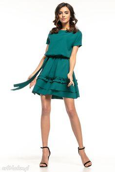 9c4f6ea4d9 Elegancka sukienka ściągnięta w pasie za pomocą gumki. Góra sukienki ma  luźny fason