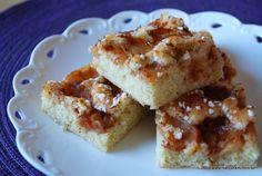 Detta recept har jag fått av min arbetskamrat och goda vän Anna. Den är supergod! Tack Anna! Knäckig äppelkaka i långpanna, cirka 20-30 bitar 2 ägg, 4 dl socker, 6 dl vetemjöl, 2 tsk bakpulver, 300… Fika, Stevia, Cheesecake, Deserts, Food And Drink, Sweets, Cookies, Food, God