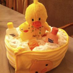 For a fun baby shower gift idea - try making one of these awesome diaper cakes. Baby Shower Duck, Baby Shower Crafts, Best Baby Shower Gifts, Baby Shower Themes, Baby Gifts, Shower Ideas, Diy Diaper Cake, Nappy Cakes, Diy Diapers