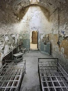 Eastern State Penitentiary II, 2009 25 Bone-Chilling Photos of Abandoned Places - My Modern Metropolis Abandoned Buildings, Abandoned Prisons, Abandoned Property, Abandoned Mansions, Old Buildings, Abandoned Places, Spooky Places, Haunted Places, Magic Places