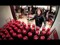 The friendly twist Coca-Cola Viral Marketing, Guerilla Marketing, Online Marketing, Digital Marketing, Coca Cola Commercial, Funny Ads, Icebreaker, Non Alcoholic Drinks, Design Case