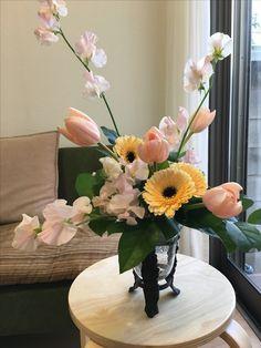 1月最終のアレンジ「フリースタイル」スイトピー、チューリップ、ガーベラ。ライン構成はスイトピーをメインに。フォーカルはチューリップ、マスのハコ埋めは、チューリップとガーベラ。 Flower Arrangements, Table Decorations, Flowers, Home Decor, Floral Arrangements, Decoration Home, Room Decor, Royal Icing Flowers, Home Interior Design