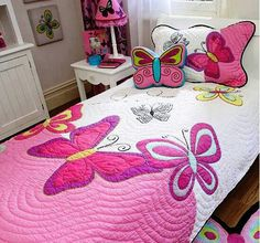 """juego de cama infantil """"For Jewels*** Butterfly quilt - so girlie. and that butterfly pillow"""", """"Cute butterfly quilt for a girl's room! Quilting Tips, Machine Quilting, Quilting Projects, Quilting Designs, Sewing Projects, Girls Quilts, Baby Quilts, Kid Quilts, Quilt Inspiration"""