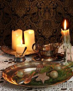 Alte goldene Teller geben der Tafel einen Vintage-Stil.