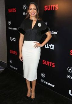 Gina Torres was also on hand at the Suits Season 5 Premiere in a black cropped jacket with fur trim-sleeves, a white pencil skirt, and black pumps. Business Dress Code, Business Dresses, Business Attire, Suit Fashion, Daily Fashion, Fashion News, Jessica Pearson, Gina Torres, Suits Tv Shows
