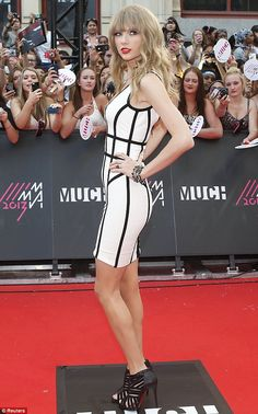 Carlos te ama Taylor Swift leggy in a black-and-white patterned bandage dress at MuchMusic Video Awards in Toronto. Her bangs suck. Please try a different hairstyle! Taylor Swift Hot, Style Taylor Swift, Baby Taylor, Taylor Swift Vestidos, Taylor Swift Pictures, My Idol, Hot Girls, Celebrity Style, Awards