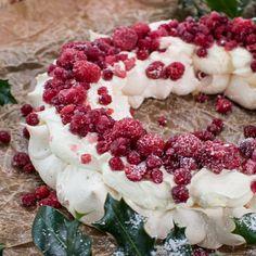 Jule-pavlova med tranebær - skøn juledessert!   ISABELLAS Pavlova, Christmas Time, Christmas Wreaths, Blackberry, Sweets, Fruit, Holiday Decor, Desserts, Food