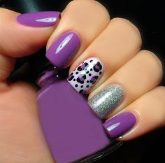 uñas lilas con decorado de animal print y brillos  - nails