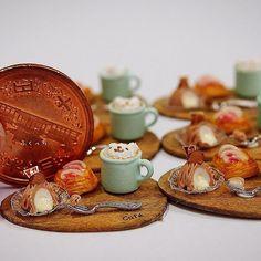 ・ ・ ・ 大きさは10円玉を参考に… ・ ・ ・  たくさんのメッセージありがとうございます(*´ー`*人) とっても嬉しく読ませて頂いております ・ お返事ができなくてごめんなさい ・ ・ #ミニチュア #ミニチュアフード #miniature #ラテアート #ハンドメイド #モンブラン #栗 #marron #パン #bread