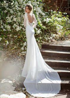 Rückenfreies romantisches Hochzeitskleid mit langen Ärmeln und Schleppe