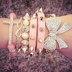"""Haz tu """"arm candy"""" con motivos rosados, puedes conseguir pulseras de la cinta rosada que irían muy bien!"""