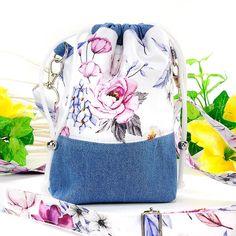 Kleine, handgenähte Umhängetasche (Beuteltasche) mit handgenähtem, verstellbarem und abnehmbaren Taschengurt. #Taschen #Tragegurt #Blumenstoff #Baumwolle #Jeans #Frühling2021 #handgenäht #Modeaccessoires Bordeaux, Drawstring Backpack, Gym Bag, Backpacks, Bags, Purple Gray, Jean Bag, Hand Sewn, Color Blue